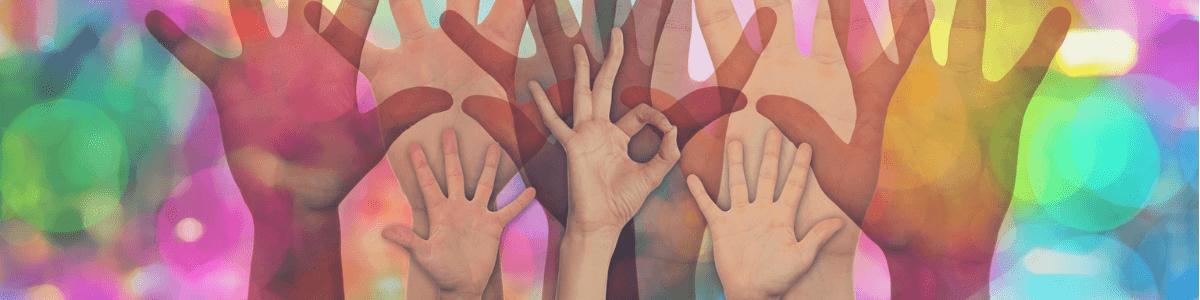 je ziet verschillende handen in een kleurrijke achtergrond afgebeeld